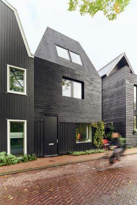 De gevel en het hellende dak zijn bekleed met zwart gebrand hout. Een verwijzing naar de traditionele waterland-stijl.
