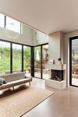 De pui is geheel te openen. De betonnen vloer loopt door van woonkamer naar tuin.