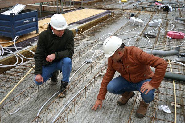 Het opruwen van de vloeren bevordert de samenhang van het opstortbeton met de schil