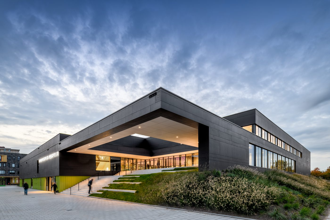 Uitnodigende luifelconstructie ingang sportcomplex Aquapelle