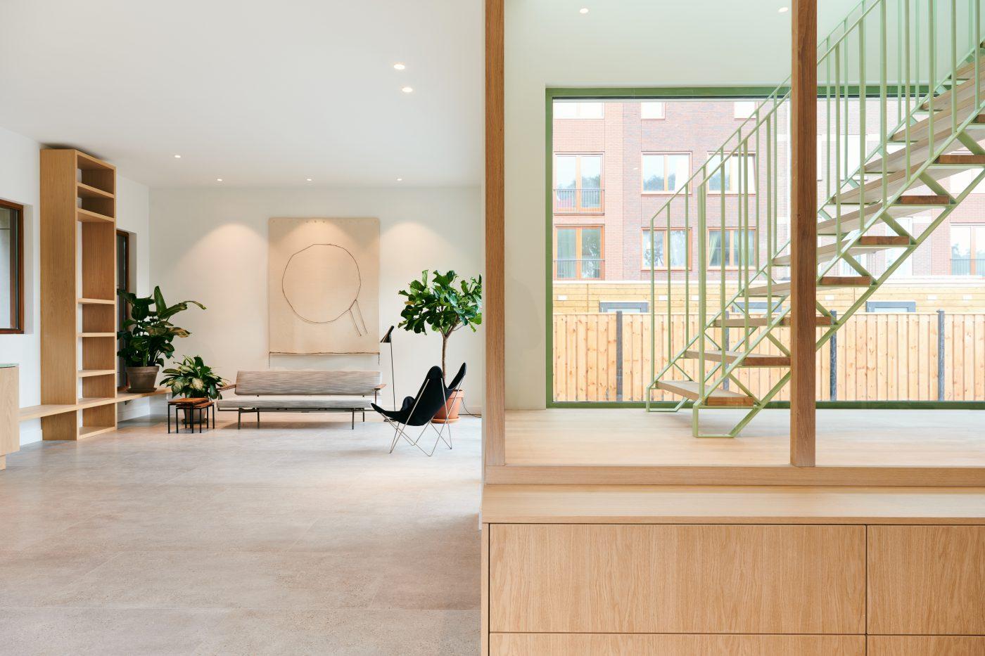 Glazen trappenhuis verbindend element in stadsvilla