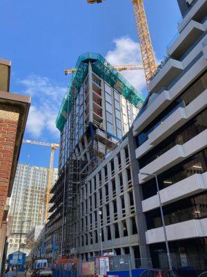 Smit's Bouwbedrijf is inmiddels bezig met de bovenbouw, waarin ook al de verdiepingshoge glazen puien zijn geplaatst. (Foto: Reynaers Aluminium)