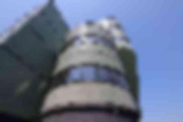 De geglazuurde steenstrips zijn in nauwkeurige metselverbanden aangebracht om de ronde vormen van het bestaande pand te volgen.
