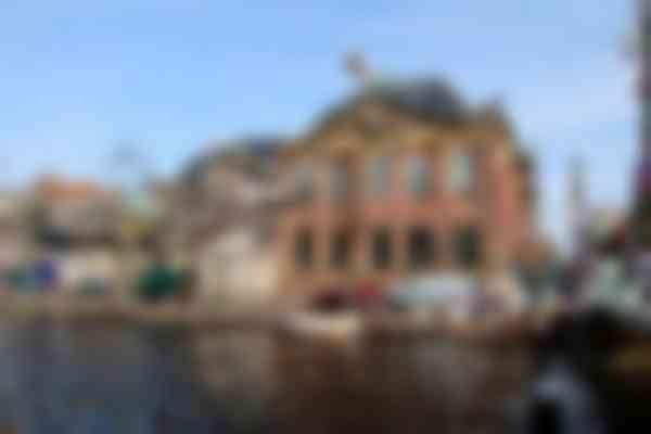 De historische voorgevel van De Lakenhal aan de Oude Singel wordt gerestaureerd