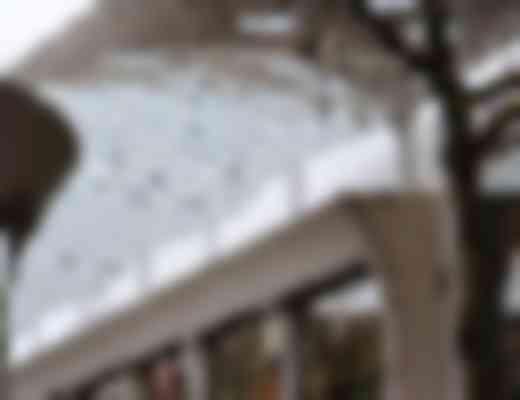 Middels hoge en lage kolommen maakt het dak een golving in de lengterichting.
