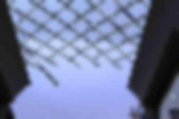 Bij de beëindiging van de eerste fase is te zien dat de profielen in de lucht zweven. De stijfheid komt door de onderlinge verbindingen.