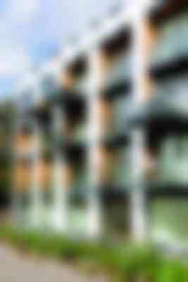 In de nieuwe woninggevels zijn sprongen voor de terugliggende balkons tussen witte penanten gemaakt.