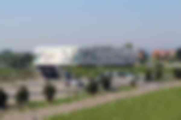 Het Afsluitdijk Wadden Center is vorm gegeven als een op basalt brekende golf met een  schuimkop