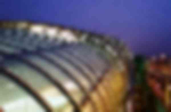 De roosters lopen visueel door over glasplaten, zodat in het donker overal een gelijke uitstraling ontstaat