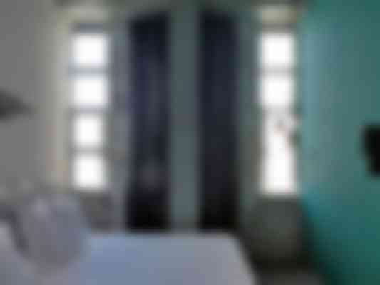 In diverse kamers van The Student Hotel sluiten de scheidingswanden aan op de smalle profielen van de vernieuwde puien.
