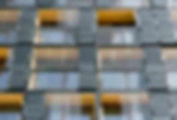 In de zuidgevel zijn verdiepingshoge Building Integrated PV- panelen op de gesloten delen aangebracht