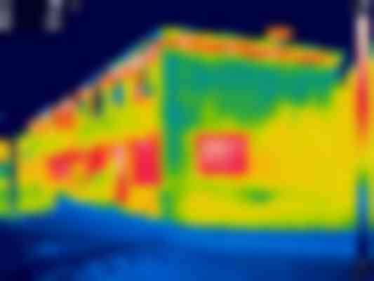Met behulp van thermografie wordt de buitenschil gecontroleerd op warmtelekken. Bij een groot aantal woningen worden sterk verhoogde temperaturen ter plaatse van de dakranden vastgesteld.