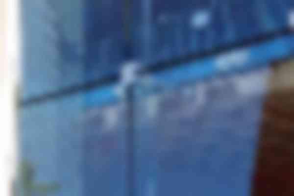 De structureel verlijmde ruiten worden gedragen door handjes aan de glazen vinnen.