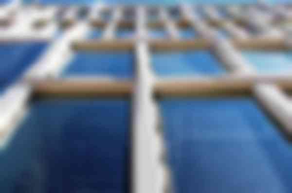 De betonelementen gaan als schering en inslag om en om onder elkaar door.