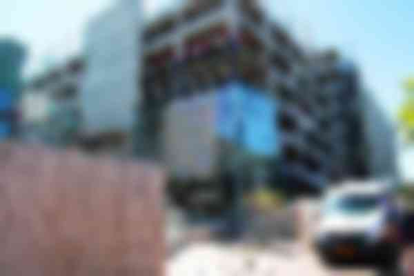 De winkel loopt deels door onder de nieuwe parkeergarage. Daar is een vide van drie bouwlagen aangebracht.