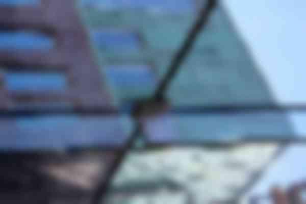 In de drie bouwlagen hoge vide zijn zware glazen vinnen gebruikt omdat die over de hoogte van 12 meter nergens konden afsteunen.