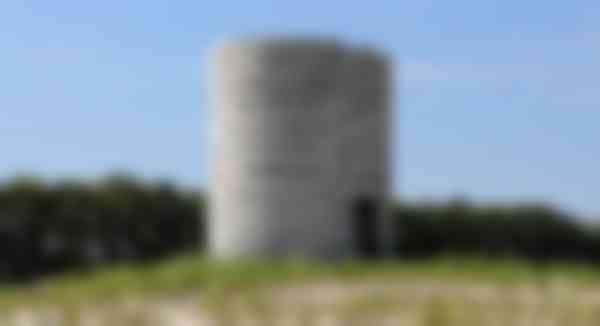 De ovale toren is op een aangelegde terp geplaatst