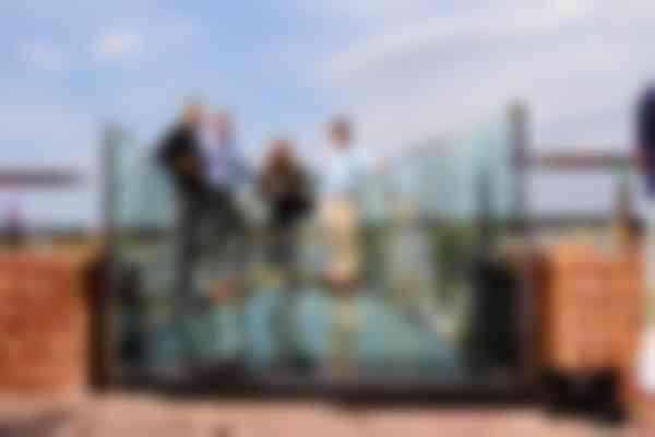De wanden zijn verlengd met een 350 mm breed balustradepaneeltje. Van links naar rechts: bouwmanager Eric Cobussen (gemeente Nijmegen), Ronald Wenting (ABT), architect Marlène van Gessel (Van Roosmalen Van Gessel architecten e.p.) en Kars Haarhuis (ABT)